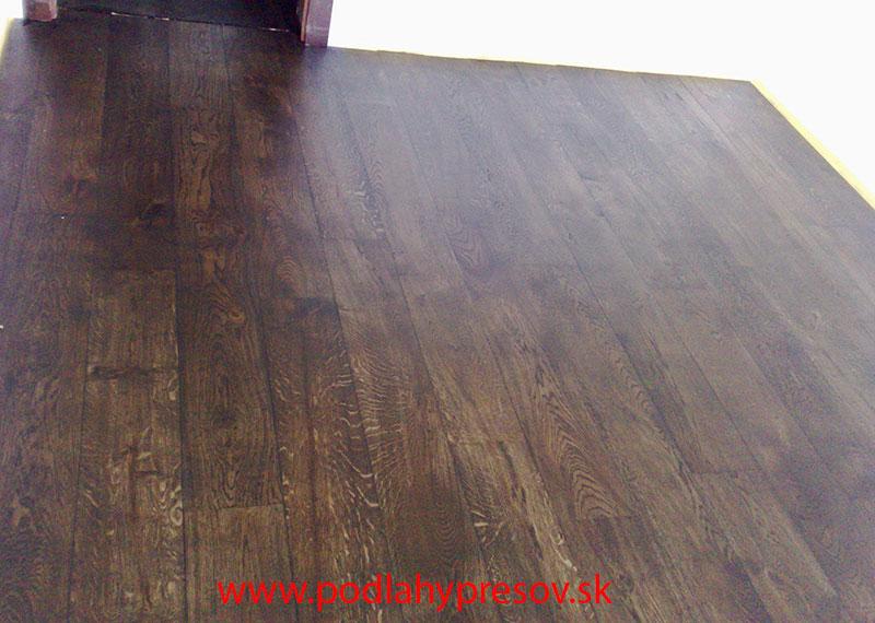 Tmavá laminátová podlaha